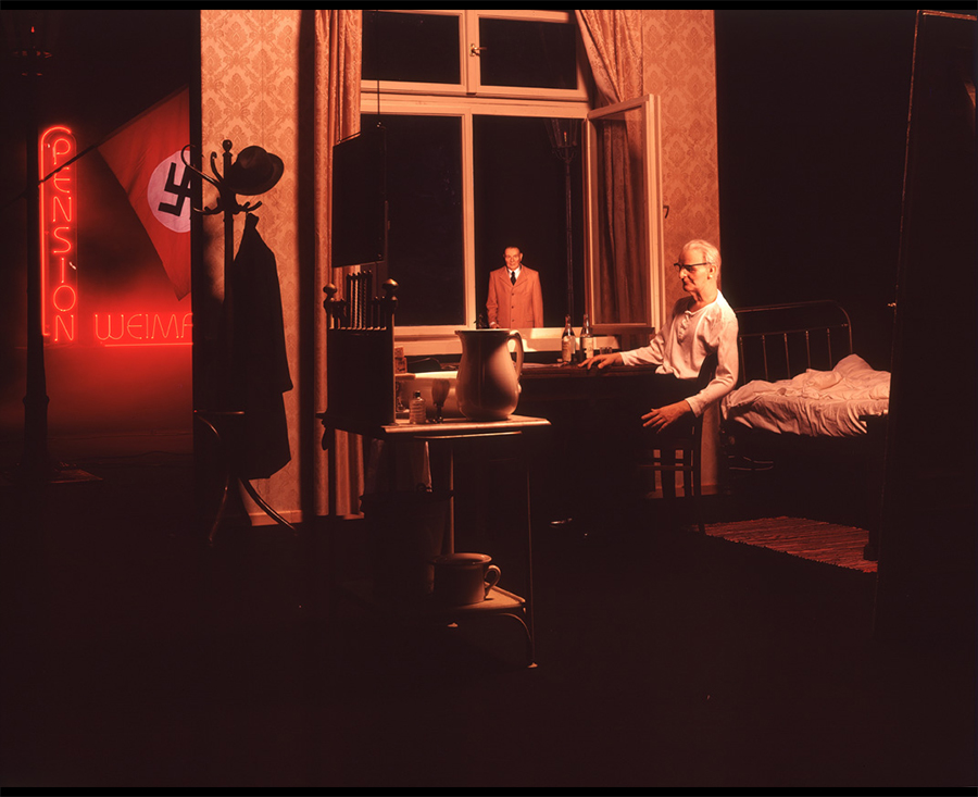 VATERBILDER | FATHERPICTURES - STAGED FAMILY PICTURES WITH SILICONE PUPPETS - Der Vertrag / The contract- 2004 ©  Burkhard von Harder